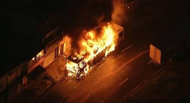 SP: ônibus pega fogo após acidente em Carapicuíba