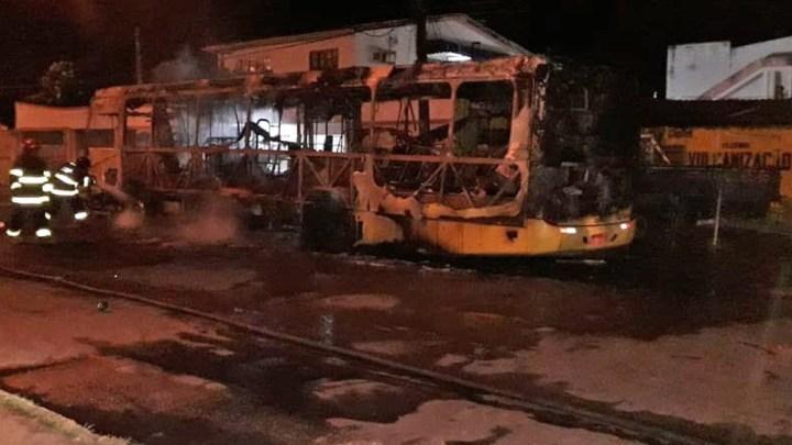 Ônibus pega fogo em Paulista, Região Metropolitana do Recife