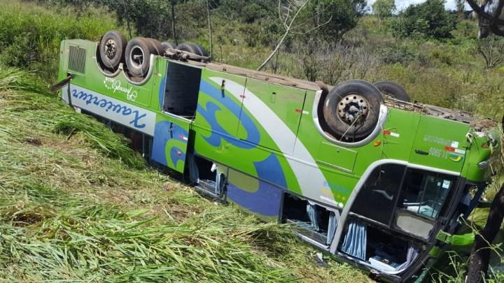 Ônibus tomba na BR-497 em Uberlândia com 47 passageiros