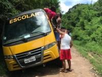 Ônibus escolar fica preso em buraco em Fernando de Noronha