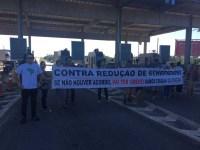 Protesto fecha parte da praça de pedágio na BA-099 em Camaçari