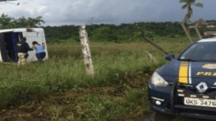 Sergipe: Ônibus tomba na BR-101 deixando 25 estudantes feridos