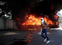 Venezuela vive clima tenso e ônibus são incendiados