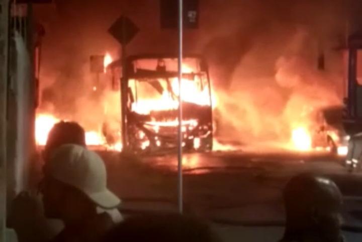 MG: Contagem vive noite de terror com carro e ônibus incendiados
