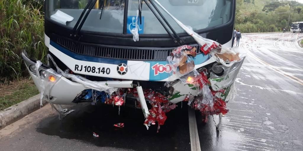 Acidente com ônibus deixa três feridos na RJ-116