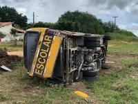 Micro-ônibus escolar tomba neste sábado deixando 15 feridos no Ceará