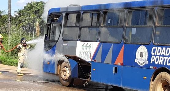 Ônibus pega fogo na BR-364, próximo a Polícia Rodoviária Federal em Rondônia