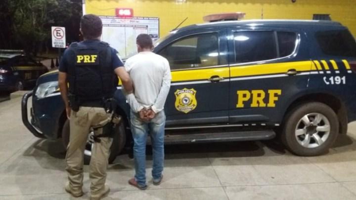 PRF prende homem em ônibus na BR-010