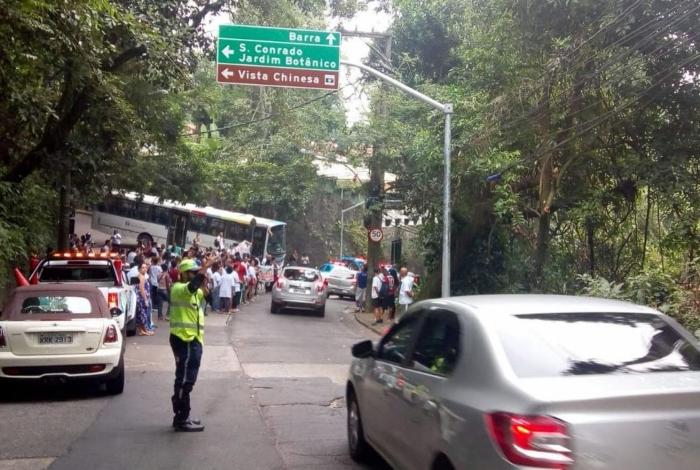 Moradores fecham o Alto da Boa Vista em protesto contra a máfia dos ônibus do Rio