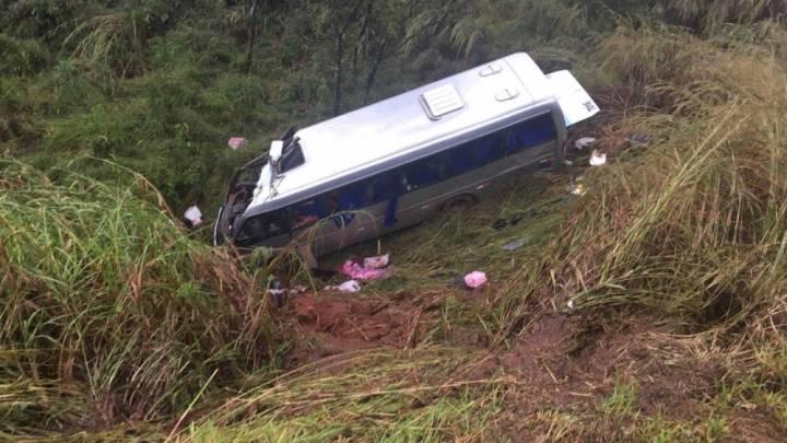 MG: Micro-ônibus cai em ribanceira na BR-365
