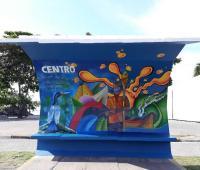 Grupo de artistas promove pinturas em pontos de ônibus em Ubatuba