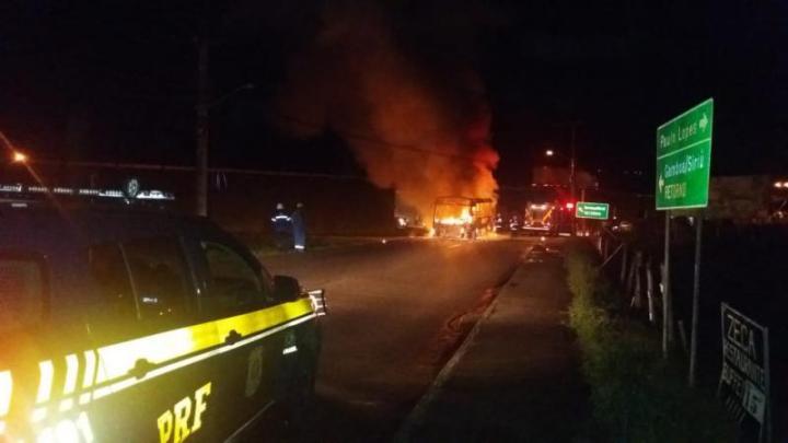 Ônibus escolar pega fogo na BR-101 em Florianópolis