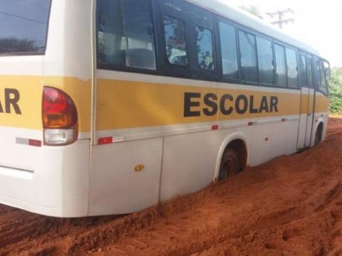 Ônibus escolar atola em Campo Grande e estudantes perdem aula