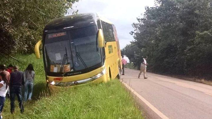 Ônibus da Eucatur sai da pista na BR-435 e assusta passageiros