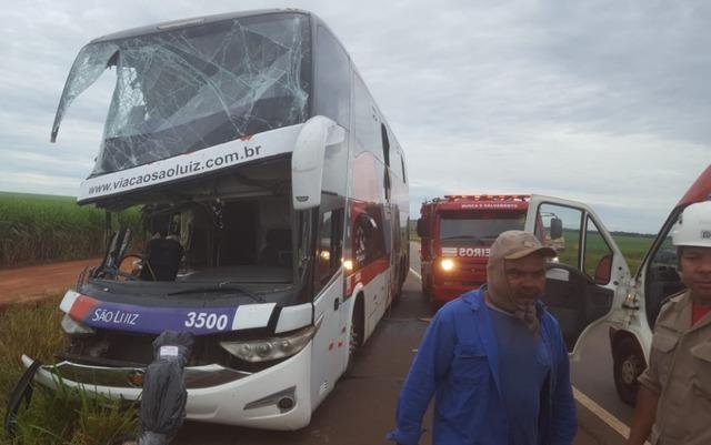 Acidente com ônibus da Viação São Luiz deixa onze feridos em Goiás