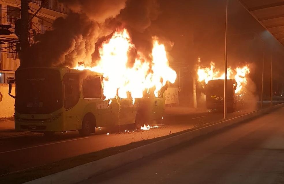 Rio: Dois ônibus são incendiados em Niterói após operação policial