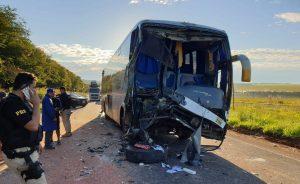 Acidente entre ônibus e caminhão deixa 11 feridos na BR-060