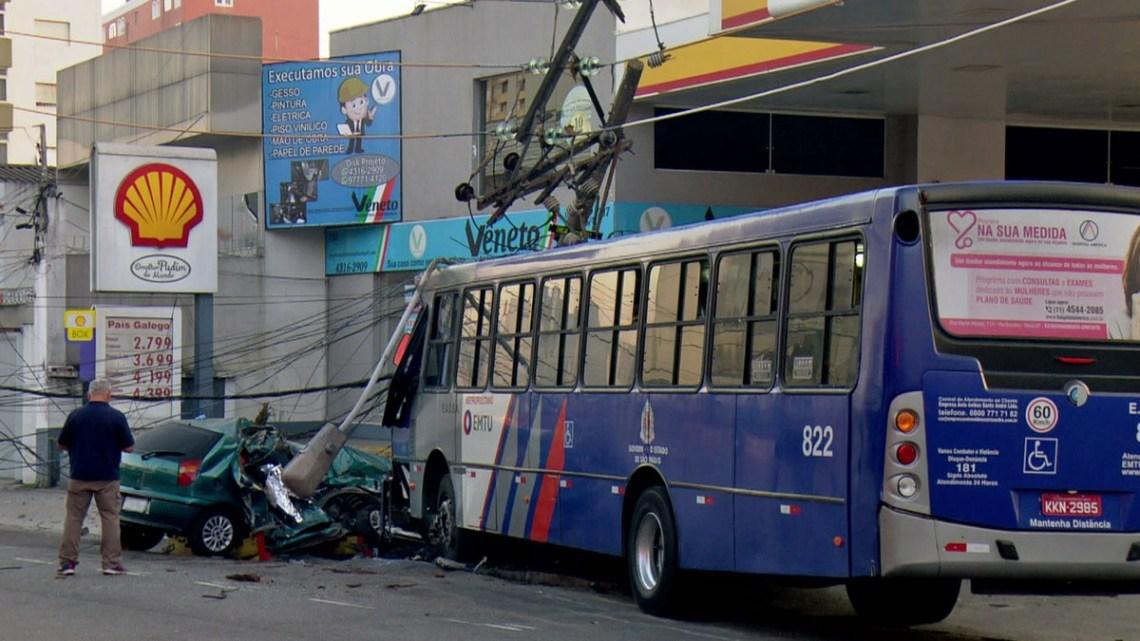 Acidente entre carro e ônibus deixa dois mortos em Santo André em São Paulo