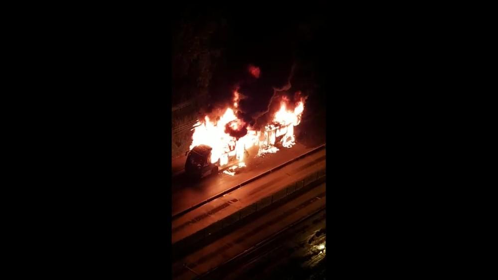 Ônibus do BRT pega fogo na Zona Oeste do Rio de Janeiro