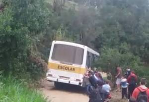 Alunos empurram ônibus escolar que atolou em estrada de terra perto de Curitiba - revistadoonibus