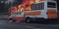 Ônibus pega fogo na Rodovia Raposo Tavares, em São Paulo