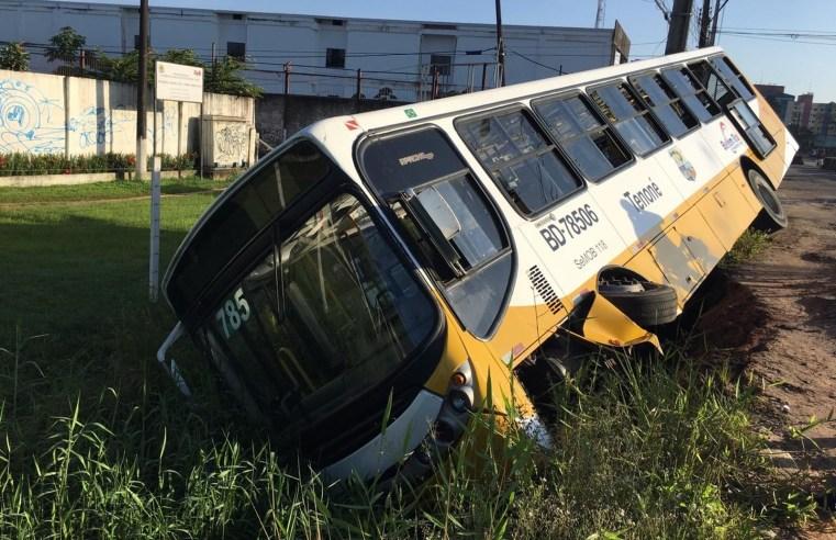 Ônibus tomba em Belém após motorista passar mal