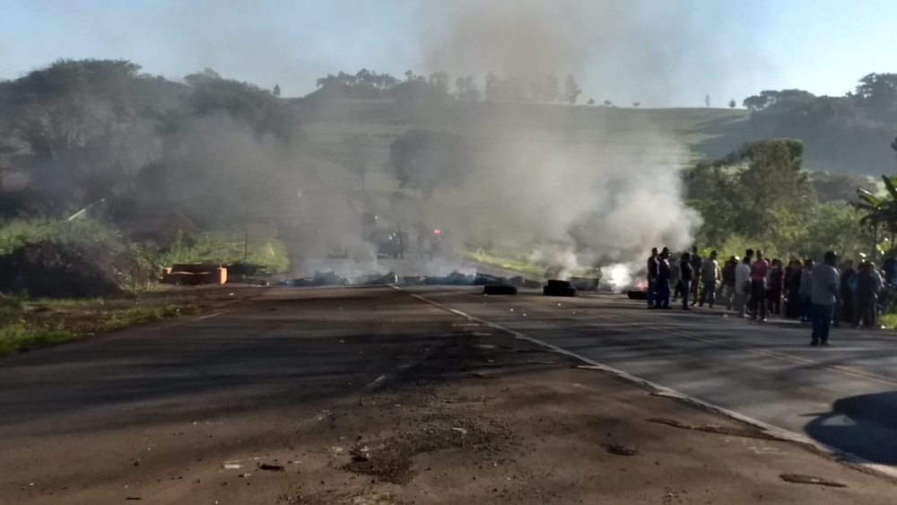 Em Londrina, moradores fazem protesto e fecham a  PR-445