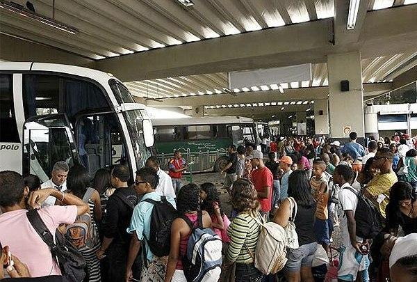 Baianos trocam avião por ônibus após crise com a Avianca