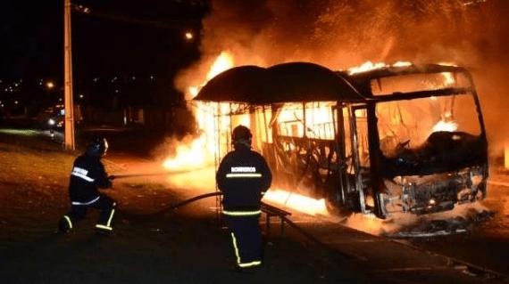 PR: Ônibus é incendiado por bandidos em Toledo