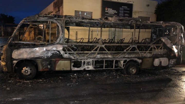 Micro-ônibus é incendiado na Região Metropolitana de Porto Alegre