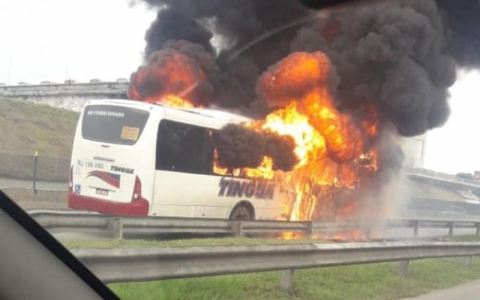 Ônibus da Transportadora Tinguá pega fogo na Via Dutra
