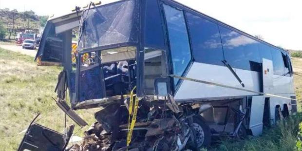 Acidente de ônibus mata um e deixa 13 feridos nos Estados Unidos