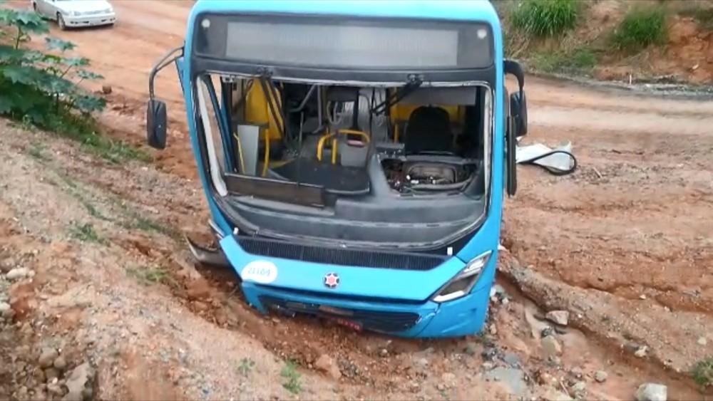 Acidente com ônibus do Transcol deixa cinco feridos na BR-101