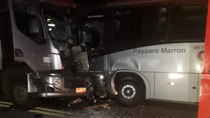 SP: Acidente entre caminhão e ônibus da Viação Pássaro Marrom deixa feridos em Lorena