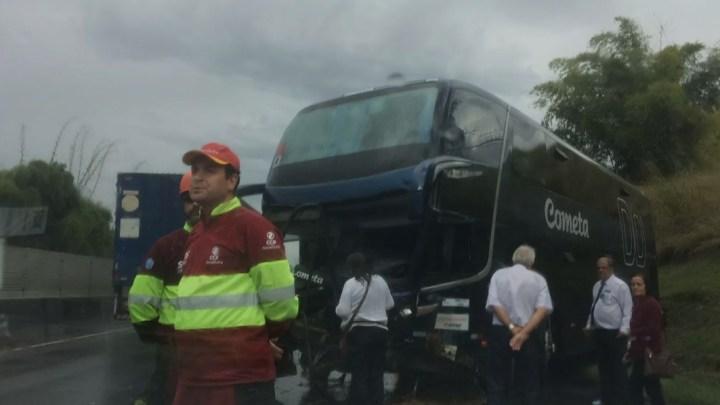 Ônibus da Viação Cometa bate em barranco e quatro ficam feridos na Dutra no Rio