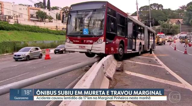 Ônibus perde o controle e sobe em mureta na Marginal Pinheiros em São Paulo