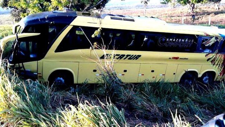Ônibus da Eucatur cai em ribanceira na BR-364