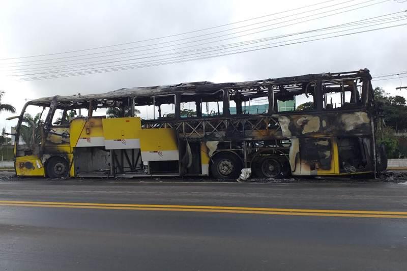 Ônibus da Viação Itapemirim pega fogo na BR-101 em Teixeira de Freitas