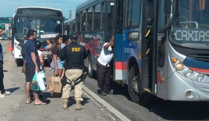 Rio: PRF apreende oito ônibus durante blitz na BR-040