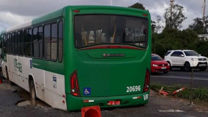 Ônibus acaba preso em buraco na BR-324 entre Salvador e Feira de Santana