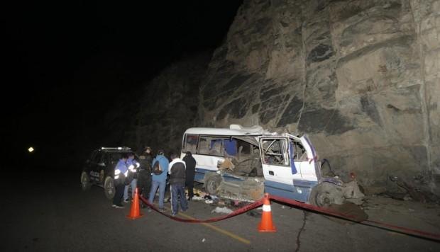 Acidente com micro-ônibus deixa 19 mortos no Peru