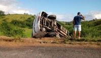 Micro-ônibus escolar acaba tombando na rodovia SE-160