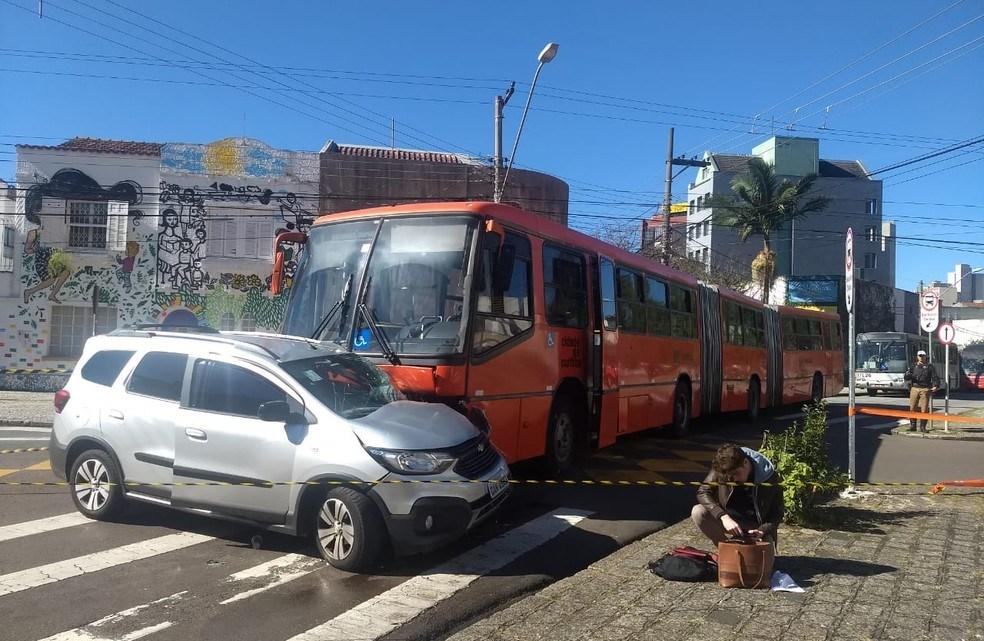 Acidente entre carro e biarticulado deixa dois feridos em Curitiba