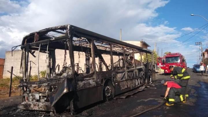 Ônibus é incendiado em São Carlos no interior de SP