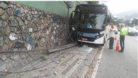 Ônibus se choca com muro na Zona Sul do Rio, após perder o controle