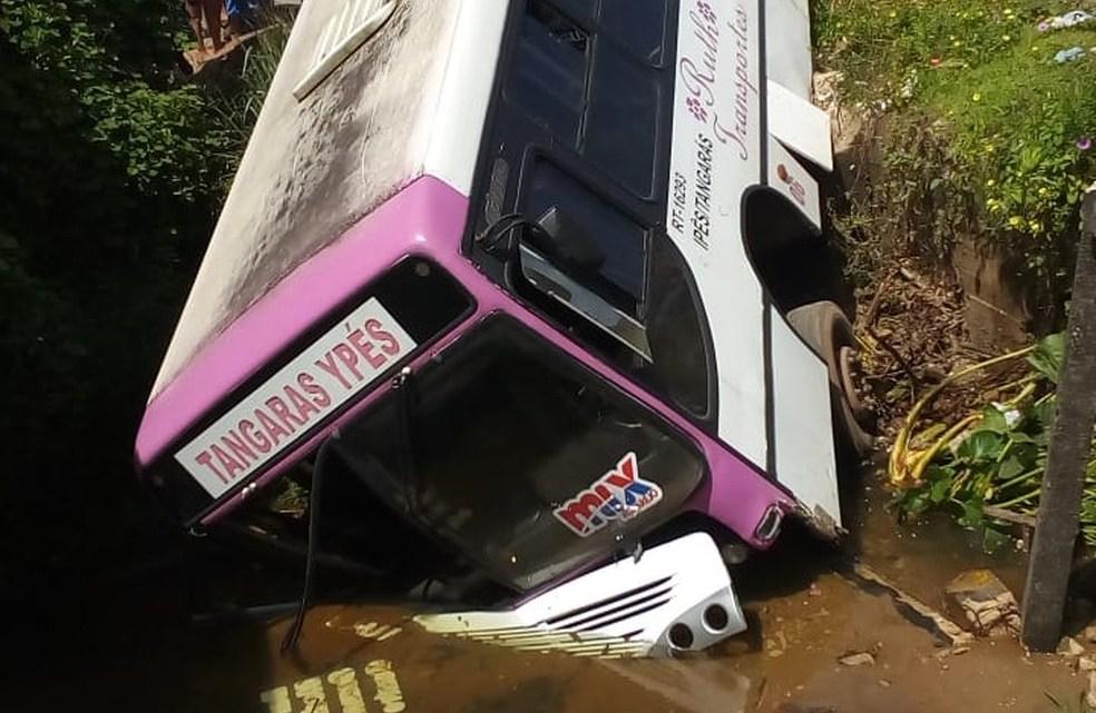 Ônibus acaba caindo em córrego no interior do Pará