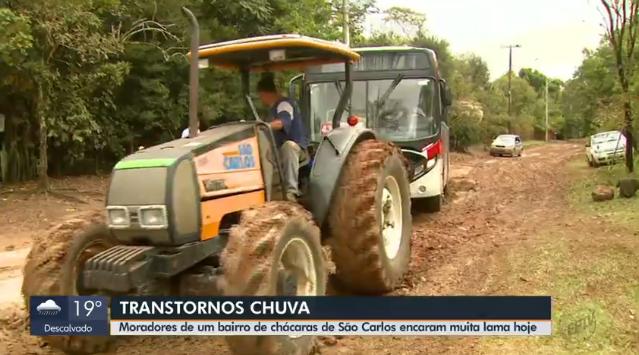 Ônibus é retirado de lamaçal com trator após chuva em São Carlos