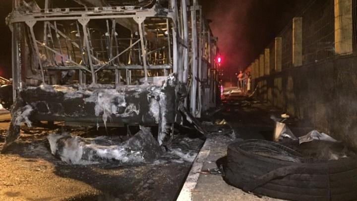 Ônibus pega fogo em Juiz de Fora