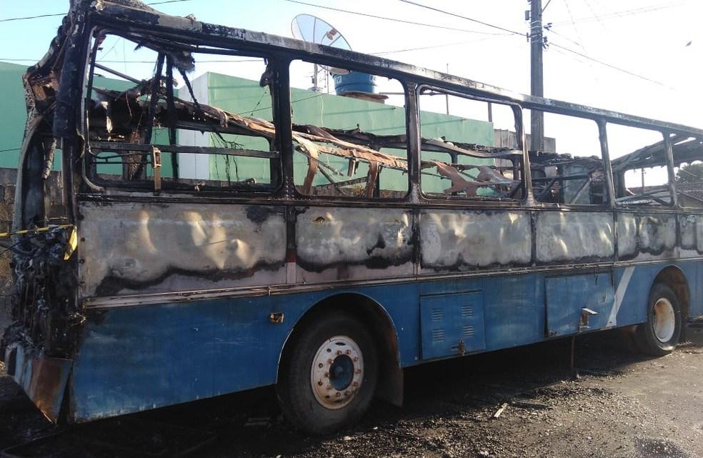 Ônibus é incendiado em Lagoa da Prata