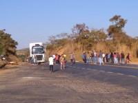 Manifestantes fecham a BR-365 em Montes Claros nesta quinta-feira 18